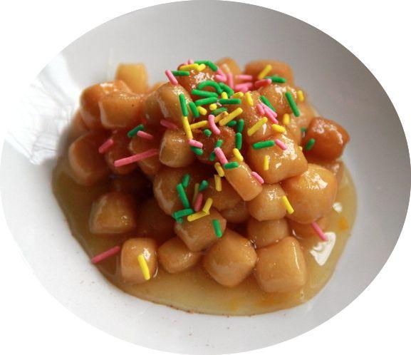 """CICERATA o cicirata o cicirchiata, è un dolce tipico della Basilicata e diffuso anche in Calabria; ottenuto incollando con un particolare sciroppo tante palline di pasta fritte, simili ai ceci, che vengono prodotte con un impasto di farina, uova, mandorle tostate ridotte in polvere. Lo sciroppo è fatto con miele, cioccolato fondente fuso e cacao; spesso anche frutta candita. Il nome """"cicerata"""" deriva da cece #CarnevaliLuigi https://www.facebook.com/IlBuongustaioCurioso/"""