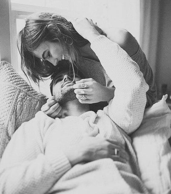 """""""¿Y como voy a encontrarme? Si por ti pierdo el norte. Si por ti, mi vida entera es un viaje al reconforte. Si por ti, mis seis sentidos se disparan al segundo. Si por ti, cada segundo es un viaje al fin del mundo. ¿Y como voy a encontrarme? Si me muero por tus huesos. Si me muero por tus ojos, por tus piernas, por tus besos. ¿Y como voy a encontrarme? Si me olvidé de estar triste. Si cada vez que te miro, el universo no existe.""""   Dante"""