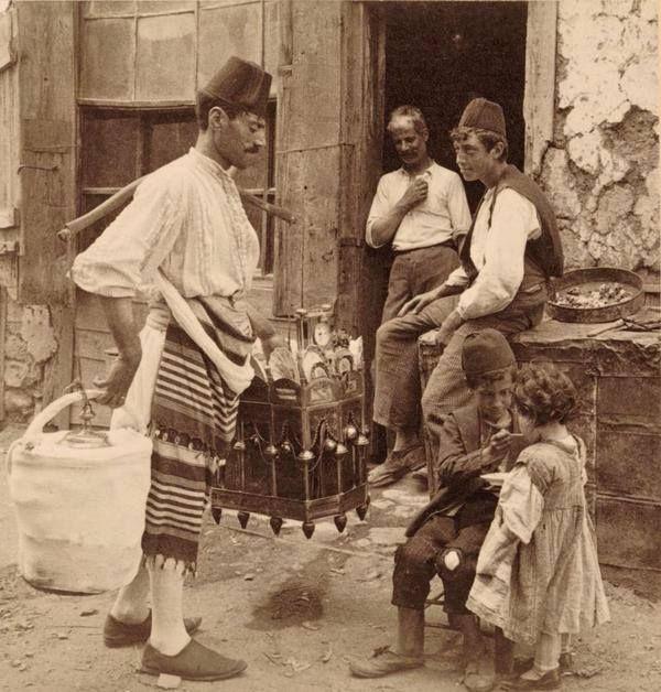 İstanbul'da bir dondurma satıcısı ve kaşık ile kız çocuğuna dondurma yediren oğlan çocuğu 1900'lü yıllar.