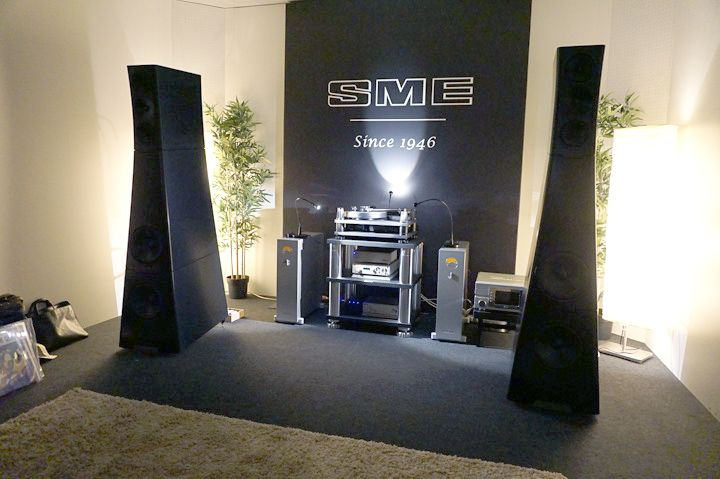 SME has set up a system featuring its flagship Model 30/12 turntable, Nagra electronics, and YG Acoustics Sonya 1.3 floorstanding loudspeakers. Munich High End 2017 – Analogue Sources | Hi-Fi+