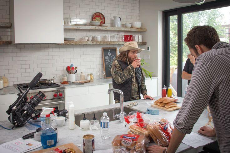 Petite pause café pour l'humoriste Dave Morgan pendant le tournage de la promo d'automne Cordon Bleu. (2015) #CordonBleu #hotdogsauvage #DaveMorgan #coffeebreak #ontraitebiennosartistes