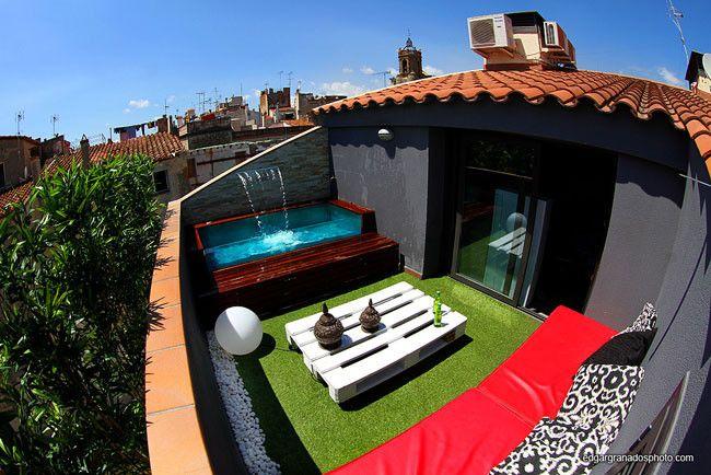 una pequeña terraza con una pequeña pileta