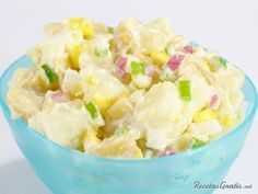 Aprende a preparar ensalada de papa y huevo con esta rica y fácil receta.  Se cuecen las papas, se pelan y cortan en cuadritos. Al enfriar se agrega apio picado en...