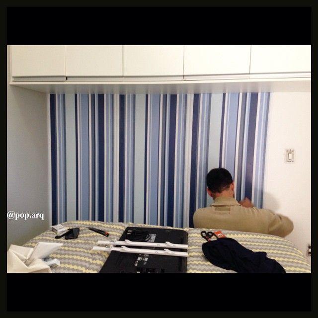 Instalando o papel de parede que vai servir de cabeceira para a cama! Uma solução prática e econômica para quem não pode fazer grandes alterações no apto! Cuidado ao combiná-lo com outras cores no ambiente  #arqtips #quarto #bedroom #papeldeparede #cabeceira #arquitetura #arquiteturadeinteriores