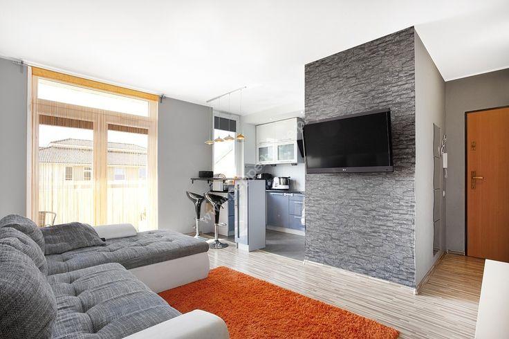 Na sprzedaż bardzo atrakcyjne mieszkanie trzypokojowe położone na pierwszym piętrze trzykondygnacyjnego budynku z 2010 roku przy ulicy Guderskiego na spokojnej dzielnicy Gdańska - Zakoniczyn.  Lokal o powierzchni 58m2 w bardzo dobrym standardzie, składa się z obszernego salonu z aneksem kuchennym (18,7 m2) i balkonem (około 7m2), dwóch sypialni (10,2m2 i 8,9m2), łazienki (4,6 m2), przedpokoju (15,5 m2). Mieszkanie posiada ekspozycję wschodnio-południową, dzięki czemu jest słoneczene od…