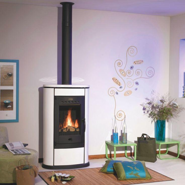 <p>Avec sa forme classique, le poêle à bois conserve longtemps la chaleur grâce à son habillage en céramique. Pour un grand confort et une décoration...