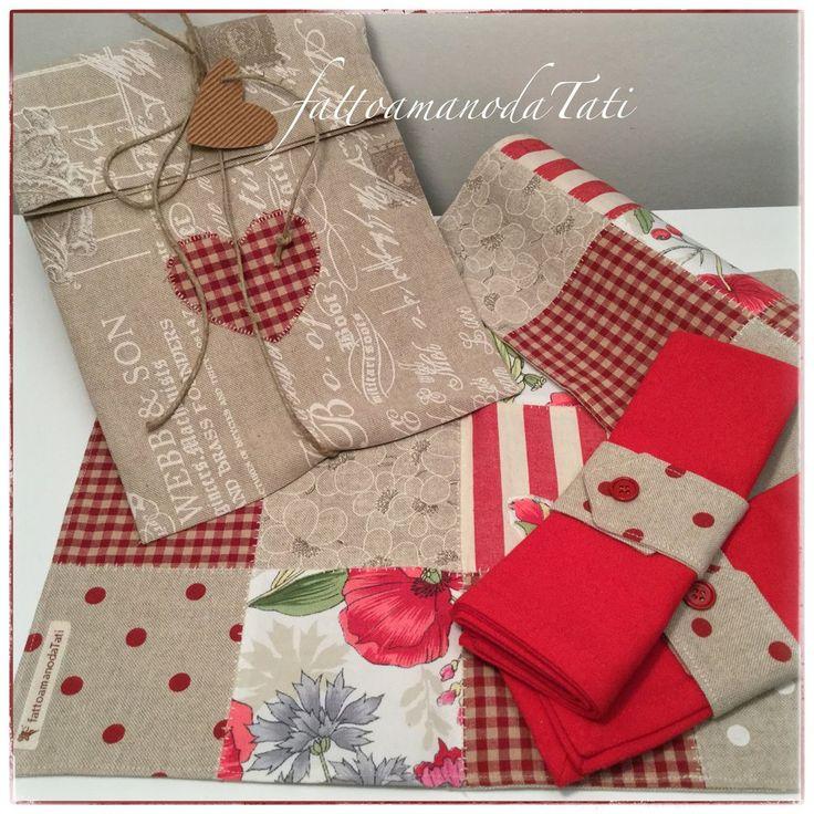 Set tovagliette patchwork in cotone su toni rossi/ecrù con tovagliolo,portatovagliolo e sacchettino, by fattoamanodaTati