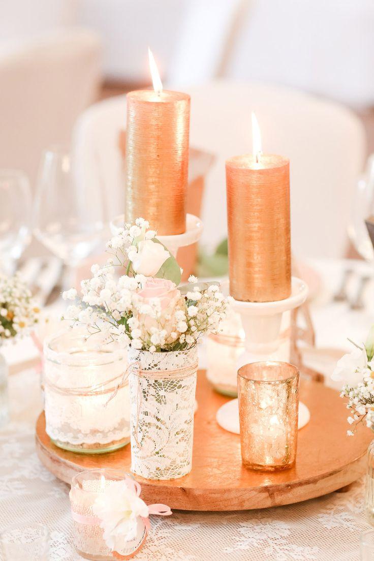 Tischdeko bei der Hochzeit mit Spitze verzierten Gläschen in denen Rosen und Schleierkraut waren. Die Kerzen waren in gold gehalten, die zusammen mit dem Rosé eine wundervolle Kombination ergaben.  Foto: Marco Hüther