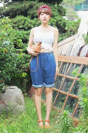 Today's Hot Pick :Banded Blue Denim Bermuda Shorts http://fashionstylep.com/SFSELFAA0033792/stylenandaen/out Casual denim shorts for a tomboy-ish look. Thee elasticized waist makes it ever so easy and simple to slip on. It comes with slant pockets in the front and pocket-less back. Experiment various looks by mixing-and-matching this pair with a blouse or cropped top.