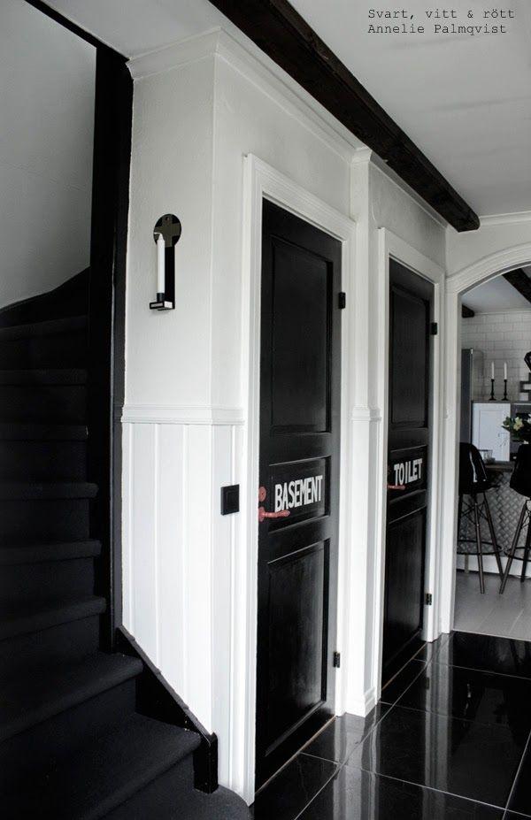 , svartvit hall, svart klinkers, vita väggar, svart trappa, trappa ...