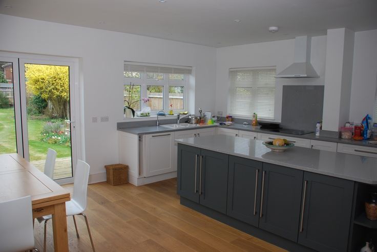 Kitchens without wall hanging units look so much less cluttered.