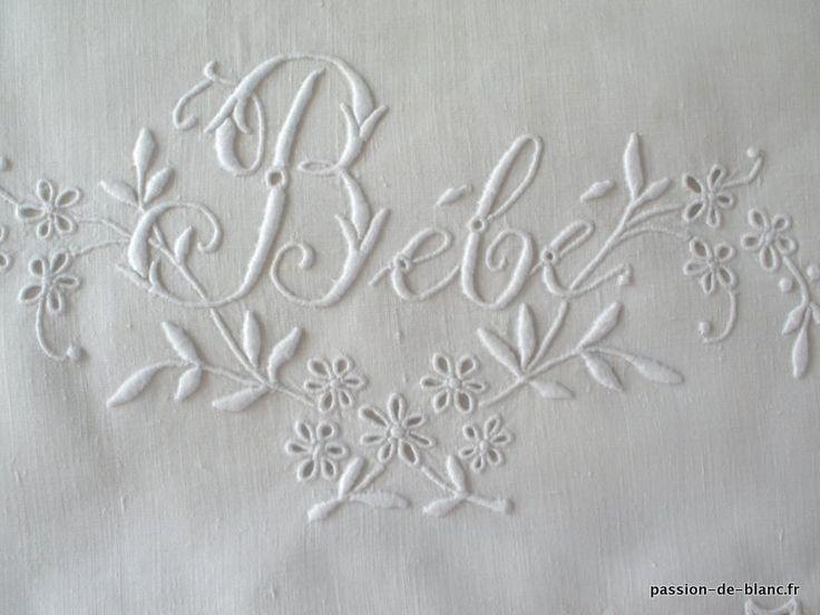 Articles vendus > Linge ancien de bébé > LINGE ANCIEN/Merveilleux drap de bébé brodé main sur toile de lin fin avec inscription - Linge ancien - Passion-de-Blanc - Textiles anciens