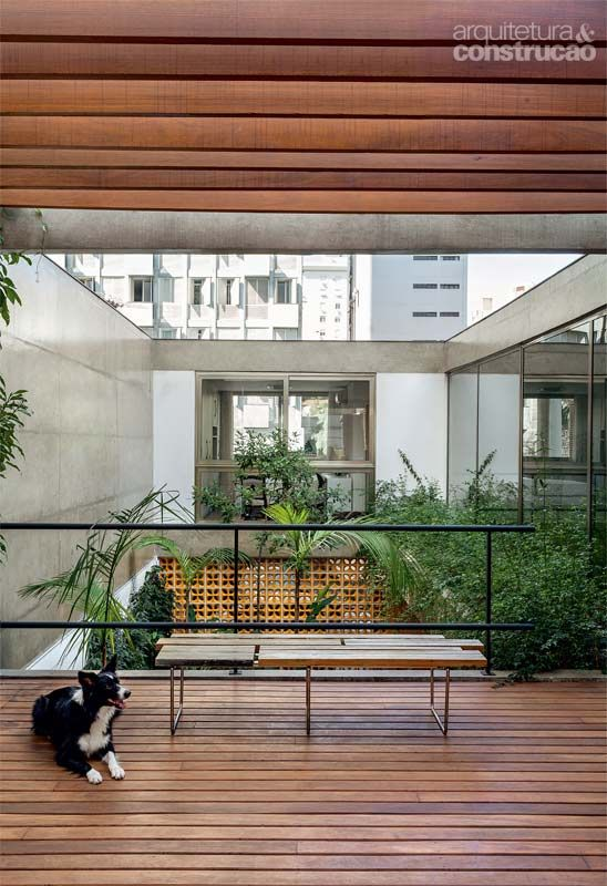 Casa Jardins (Casa 10x38) / CR2 Arquitetura #living #wall #hall #corridor #concrete #outdoor #yard #backyard #green #patio #terrace #deck #pergola #cobogo