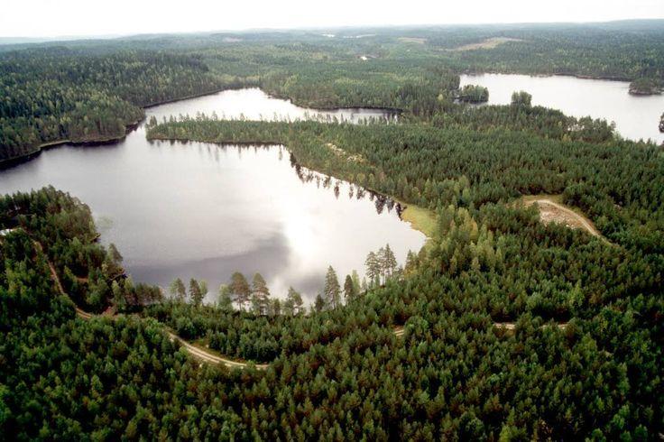Ison Helvetinjärven koillisosassa sijaitsee Helvetinkolu, joka on alueen tunnetuin rotko. Helvetinkolu on leveydeltään vain parimetrinen sola, joka laskee jyrkästi järven rantaan.