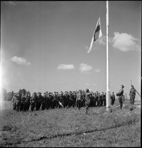 Suomen lippu kohosi tilapäiseen salkoon keskelle kirkonkylää. (Kapteeni Poijärvi johti tilaisuuden. Miehillä kiiltäviä sotasaalismiekkoja.) ...