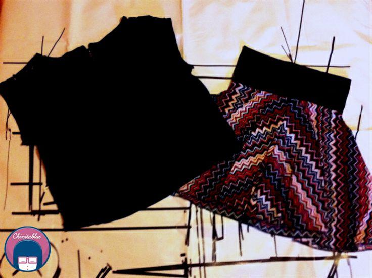 Polera cropped encaje negro. Talla S/M 6MIL  // Short-falda diseño geométrico. Estándar 4MIL