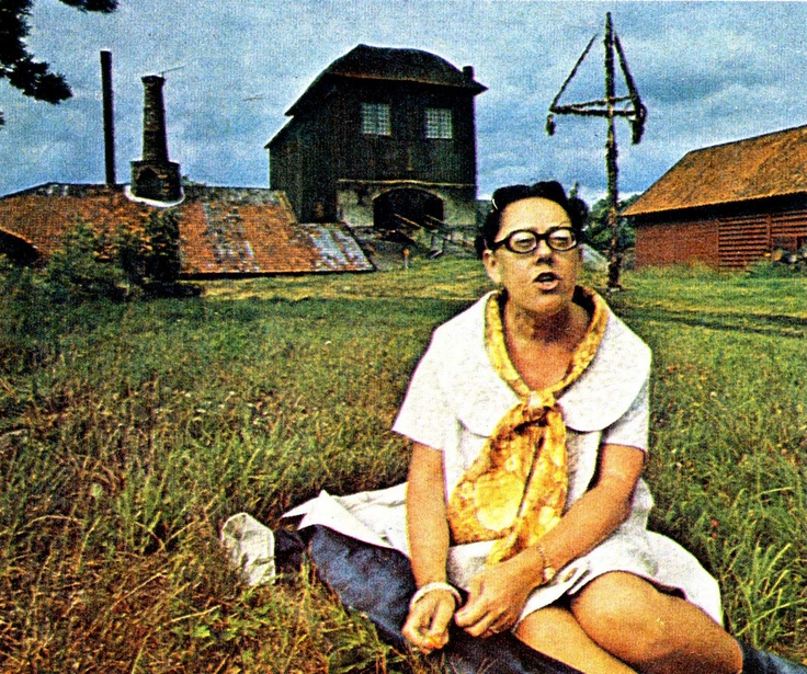 Sveriges första deckardrottning Maria Lang på en gräsmatta i Pershyttan utanför Nora.