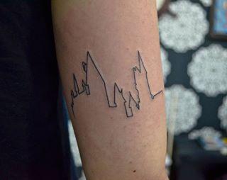 E, por último, uma brilhante silhueta de castelo (também conhecido como sua casa, Hogwarts). | 16 tatuagens que fazem uma sutil homenagem a Harry Potter