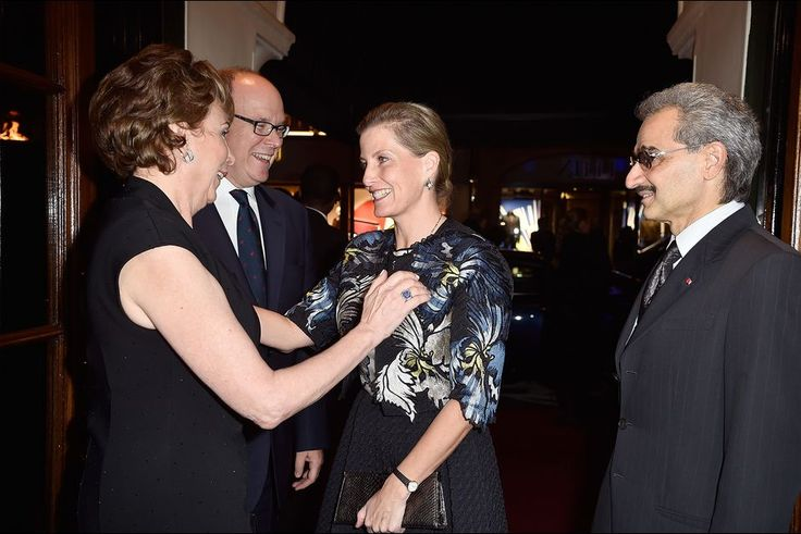 Le prince Albert II de Monaco avec Sophie de Wessex et le prince Al-Walid Ben Talal à Londres, le 29 octobre 2015