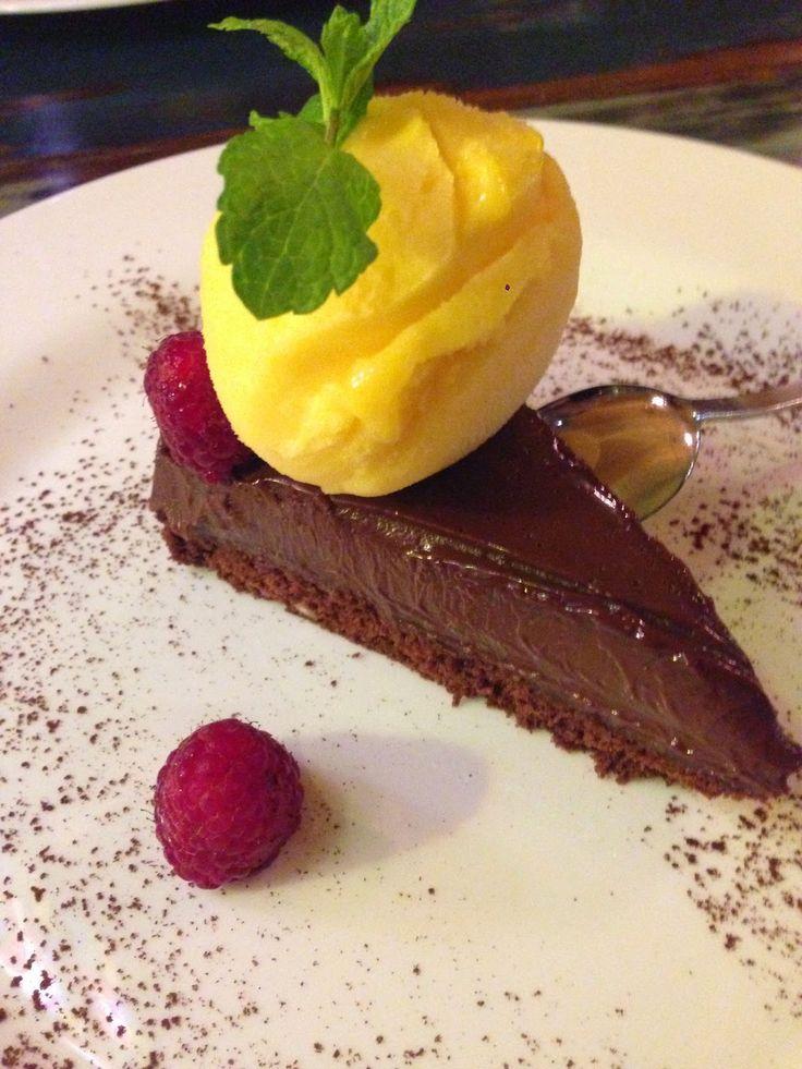Varíme a pečieme s láskou : Fantastická čokoládová torta s mango zmrzlinou a malinami