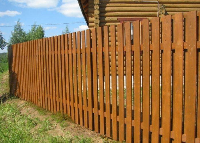 Красивый забор из деревянного штакетника
