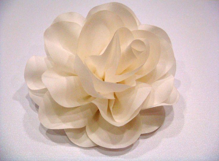 Fleur en tissu montée sur pince et broche  10 cm 15€