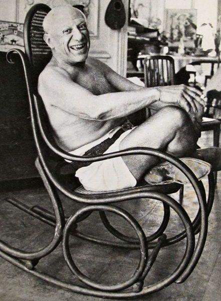 Pablo Picasso in seinem geliebten Thonet Schaukelstuhl in seinem Studio 'Villa La Californie'
