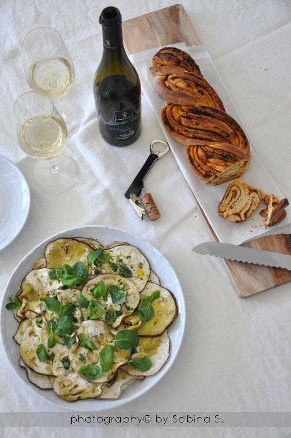 Due bionde in cucina: Pane al pesto rosso e carpaccio di melanzane