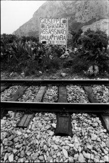 Cinisi, 1978. Giuseppe Impastato meurt déchiqueté par une bombe parce qu'il dénonçait les trafics de la bande du boss Badalamenti.