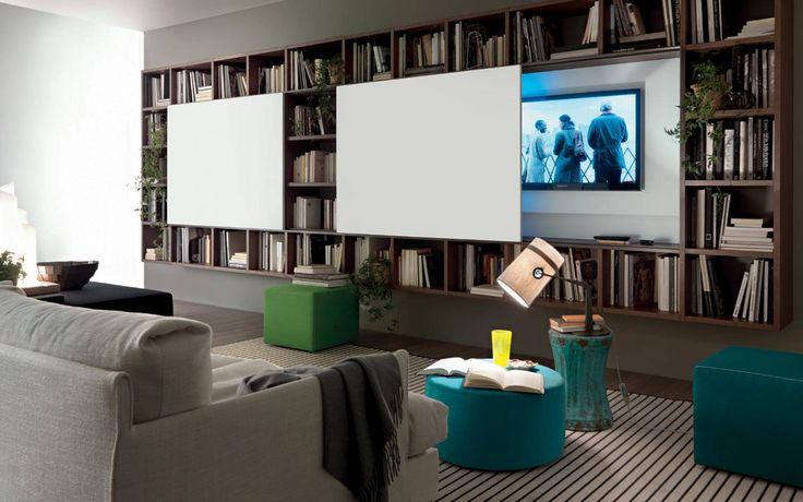 Bellissimo soggiorno moderno con parete attrezzata sospesa realizzata in legno - sportello scorrevole per nascondere la tv - grande libreria
