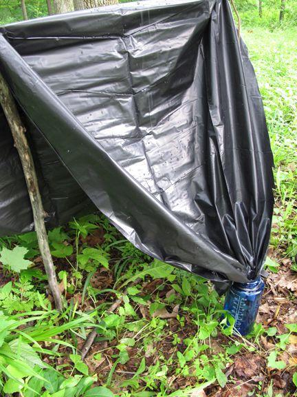Le sac poubelle de 200L est capable de faire bien plus qu'une couverture de survie. Par exemple, nous pouvons le remplir de feuilles mortes et l'utilisé comme sac de couchage, le remplir de feuilles et l'utilisé comme matelas isolant, nous pouvons l'utiliser pour récupérer l'eau de pluie et donc s'hydrater, nous pouvons faire un poncho et bien sur nous pouvons l'utiliser comme tarp pour faire un abris.