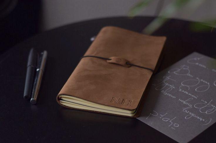 Кожаный блокнот / Cменныe тетради / 21х12см / Travellers Notebook / Блокнот путешественника / Midori. Кожа, бежевая бумага, эластичный шнур, свинцовая пломба | «Ламбада-маркет»