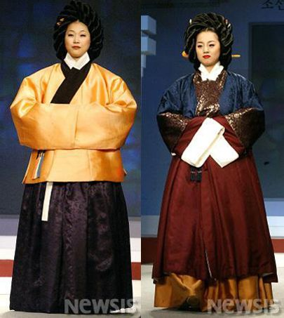 Early to Mid-Joseon dynasty hanbok. (1400s to 1500s) Married women usually had Braided hair 얹은머리, long, baggy jeogori and full Chima skirts.
