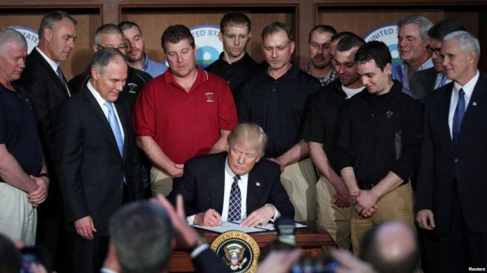 El presidente Donald Trump firma la orden ejecutiva que elimina las regulaciones ambientales de la era Obama.Washington, Marzo 28, 2017.
