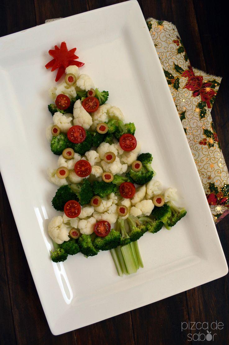 Va a ser el éxito de tu fiesta. A los niños les va a encantar ayudarte con este platillo. Puedes dejar que ellos decoren el árbol navideño al gusto con las aceitunas, tomates y zanahorias.