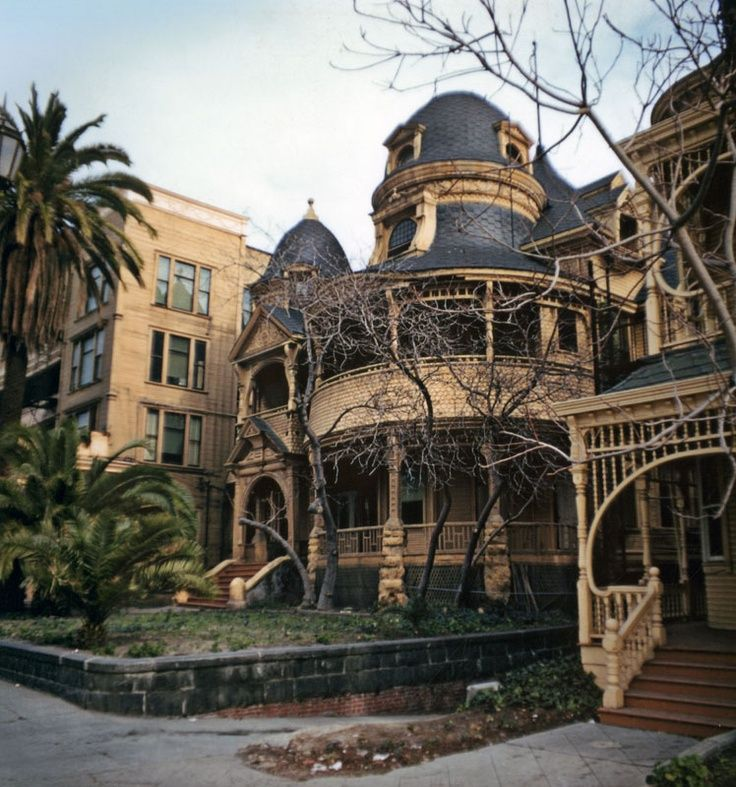 The Hotel Melrose started as a Victorian mansion in 1881. Decorated with overlapping shingles, cupolas, and domes, it eventually became a hotel apartment. When built, the hotel proper was attached to the mansion which became its annex.