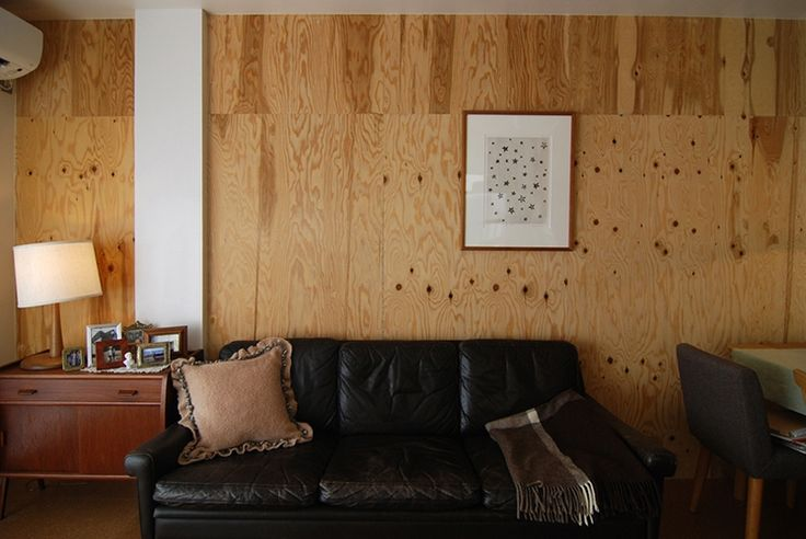 <p>合板を貼った壁に白をアクセント的に取り入れて。ウッディな空間が垢抜けた雰囲気に。</p>