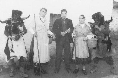 Quintos ataviados con los disfraces típicos de la festividad de San Sebastián en Santa Ana de Pusa (Toledo). [Fotografía]