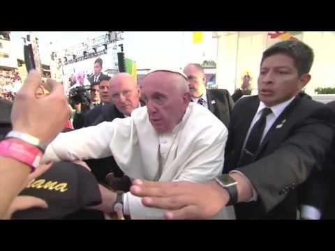 """El Papa Se Molesta Por Los """"Jalones"""" Que Recibió En México Que Casi Lo Tumban"""