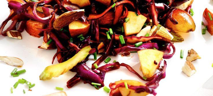 Rødkålssalat med æbler, druer og mandler