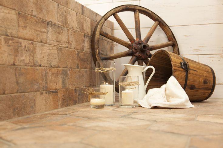 Country koupelna. Výborným základem pro venkovský country styl je využití vzhledu pálených cihel, dřeva či prken s puncem patiny.