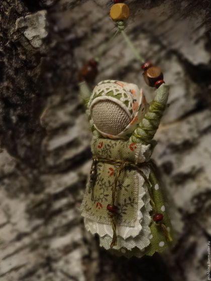 Купить или заказать Куколка народная  'Благость' (для сумки) в интернет-магазине на Ярмарке Мастеров. И в дороге, и в пути всегда будет с вами маленькая куколка , несущая в себе радость , тепло и благость...Руки ее тянутся к небу , получая тепло и свет солнышка .