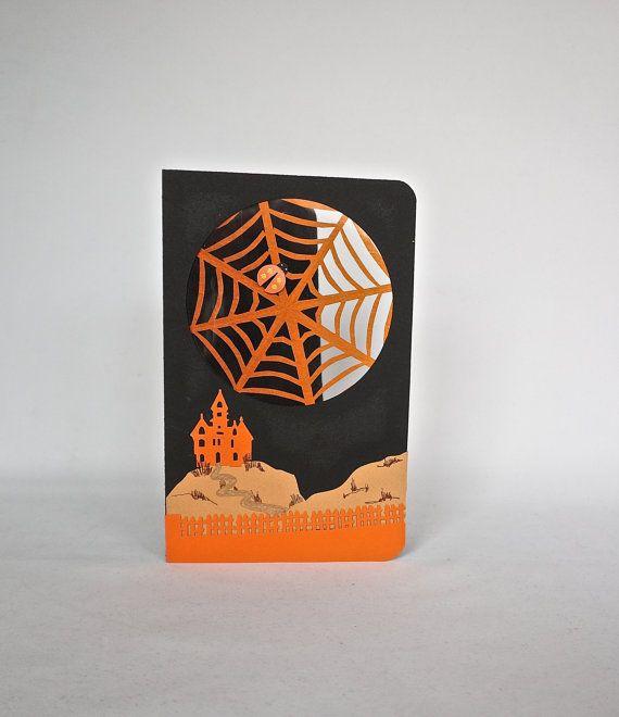 Cette carte décoration HAPPY HALLOWEEN Orange et noir w/château sur une colline et de toiles d'araignées. Design Original fait à la main Décor à la maison   ☆ º ♥ `•.¸.•´ ♥ º ☆.¸¸.•´¯`♥ One Of A Kind ☆ º ♥ `•.¸.•´ ♥ º ☆.¸¸.•´¯`♥   C'est vraiment un grand morceau de Conversation» et une grande décoration pour HALLOWEEN. Les enfants et les adultes apprécieront la fête de la fête avec cet ajout  Jadore les créations de livre pop-up. Jaime à les concevoir, rendre, leur envoyer et recevoir. Mais…
