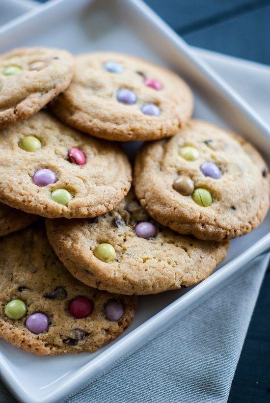 Une recette de biscuits aux jolies teintes pastel, un avant goût de printemps… Des cookies parsemés de petits Smarties® (et de pépites de chocolat), croustillants à l'extérieur et tout …