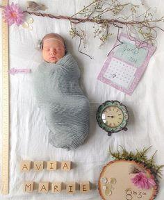 Achei super bacana essa ideia de registro de nascimento para os babys! Aonde é feito uma montagem de cenário com o nome data de nascimento peso e altura do bebê mesclados com elementos decorativos que podem ser aleatórios ou até coisas da família como um esporte favorito gostos objetos herdados etc...Achei superrrr criativo e muito amor!  #registrodenascimento #registronewborn #newborn #inspiração