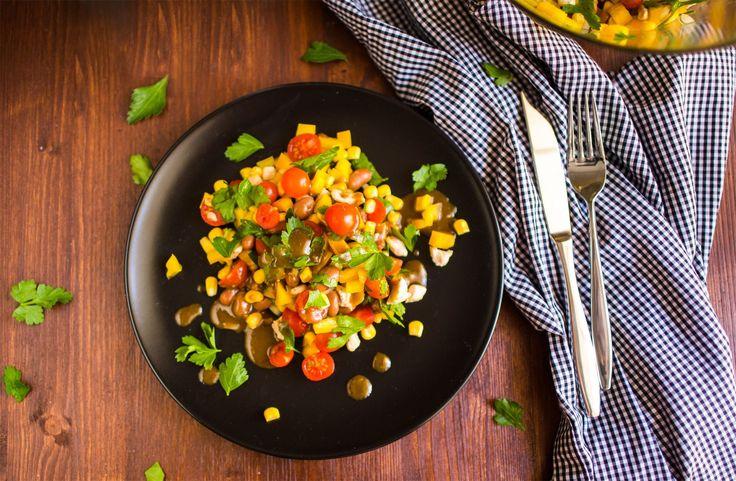 Салат с кукурузой и курицей   Ингредиенты:  Куриное филе — 2 шт. Консервированная кукуруза — 1 банка Красная фасоль — 1 банка Зеленый перец — 1 шт. Помидор — 2 шт. Лук — 1 шт. Приправа для курицы — по вкусу Петрушка  Соус:  Растительное масло — 1/3 стакана Уксус — 3 ст. л. Горчица — 3 ст. л. Мед — 2 ст. л. Чеснок — 2 зубчика Тимьян — ½ ч. л.  Приготовление:  Промойте и высушите филе, нарежьте кубиками и приправьте. Положите в холодильник на 60 минут, затем обжарьте. Смешайте кукурузу…