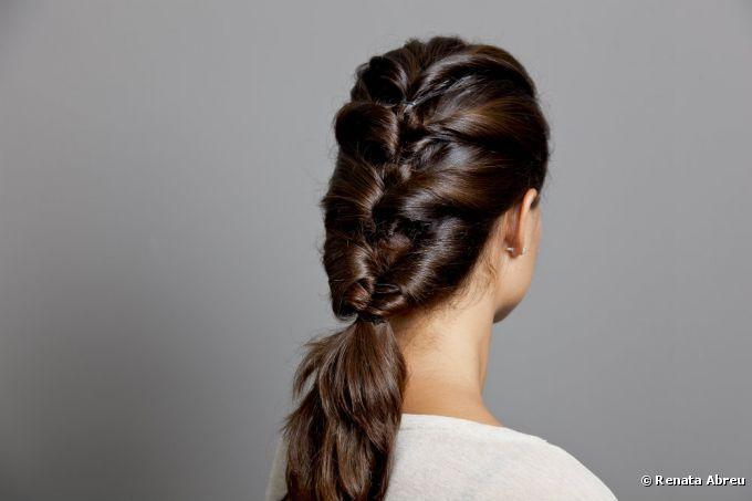 Penteado fácil e sofisticado: saiba como fazer, passo a passo, um elaborado cabelo com mechas torcidas
