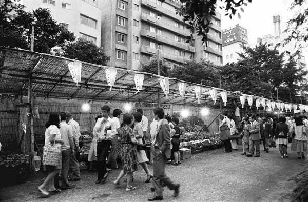 昭和49年、歩行者が後を絶たない露店の並ぶ通り(東京・上野) (1974年07月13日) 【時事通信社】