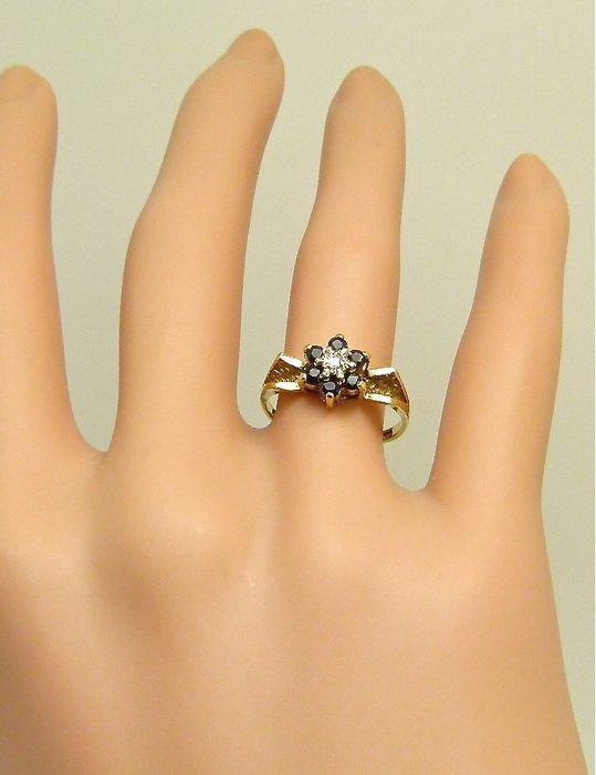 """Massief gouden """"ster"""" ring gezet met saffier en diamant"""