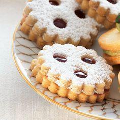 Linzer Plätzchen, sozusagen Miniaturausgaben der weltberühmten Linzer Torte, kommen dank Zimt, Nelken und Kardamom betont weihnachtlich daher.